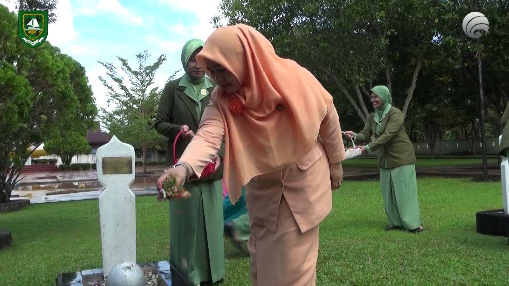 Diskominfotik-Ketua DWP Bengkalis Pimpin Ziarah Makam Pahlawan