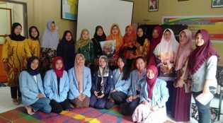 Kukerta di Desa Damai, Mahasiswa UNRI Gelar Pelatihan Keterampilan dari Daun Karet