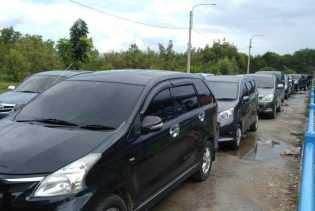 Sejak Pukul 14.00 WIB Tadi Lonjakan Antrian Kendaraan di Pelabuhan Sungai Selari Mulai Terasa