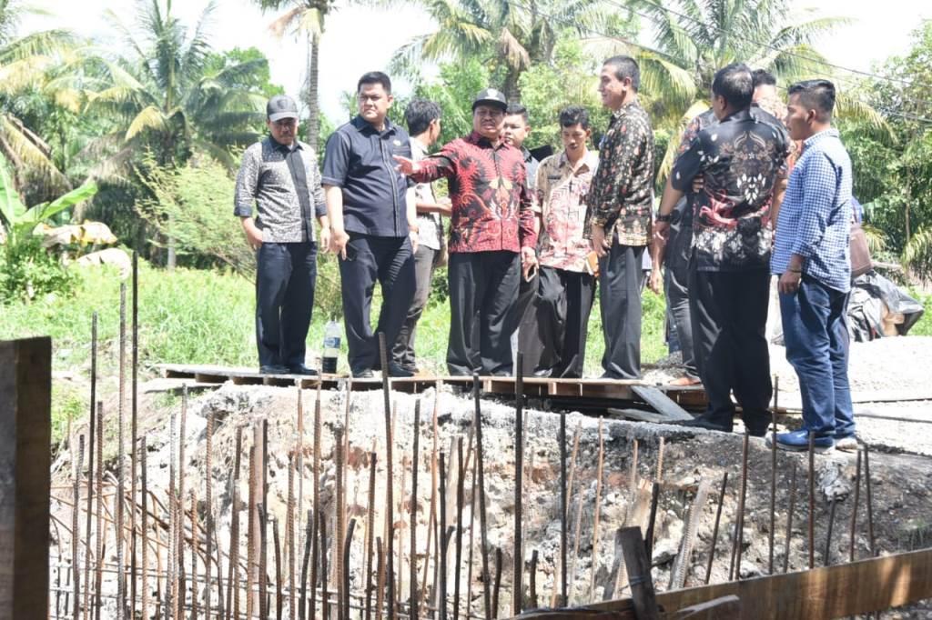 Bupati Amril Kecewa Lihat Kemajuan Pembangunan Box Culvert di Tegal Sari Ujung