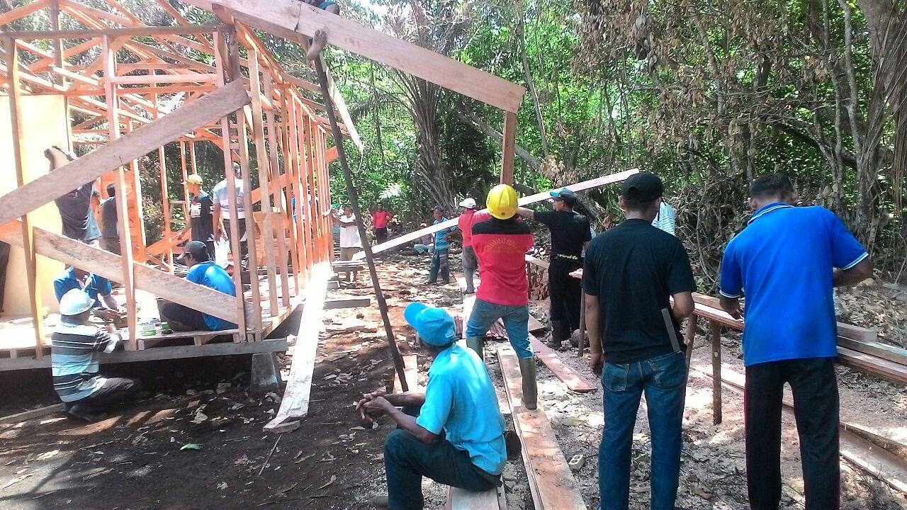 Warga Kampung Jawa Gotong Royong Bangun Rumah Buyah