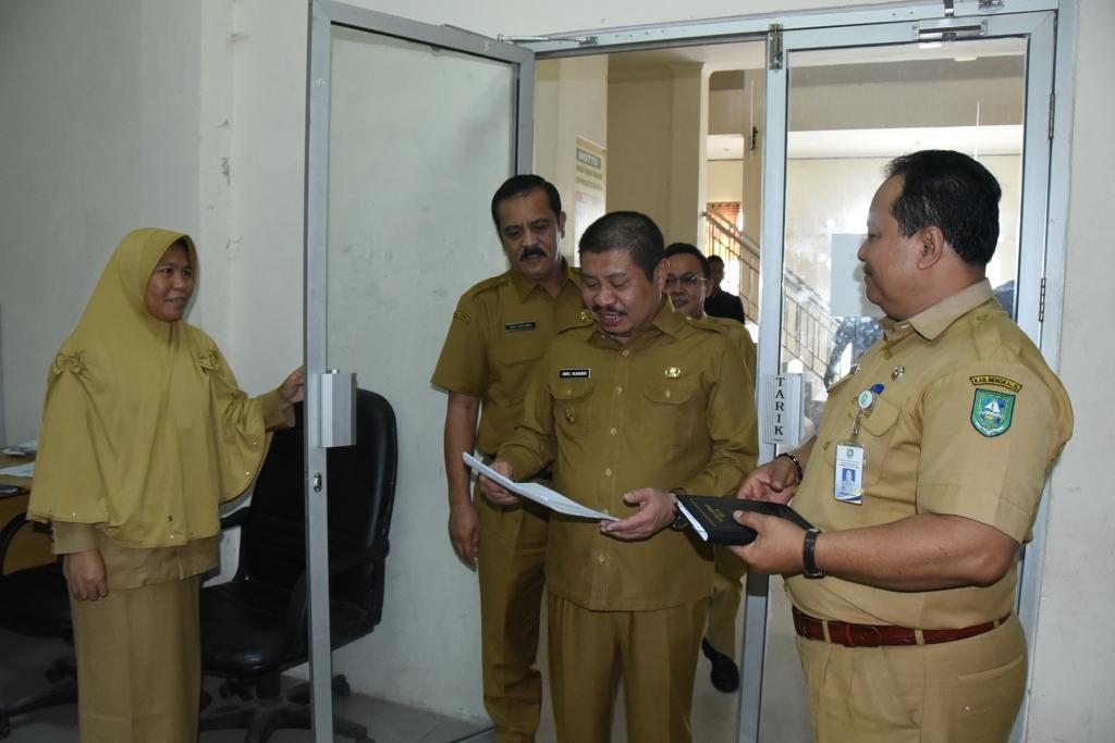 Hari Pertama Masuk Kerja, Bupati Amril Sidak ke  PD dan Unit Kerja di Tiga Kecamatan