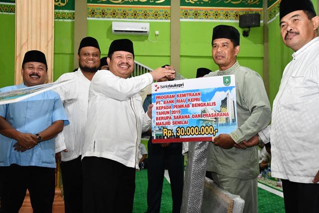 Safari Ramadhan di Kecamatan Rupat Utara Bupati Bengkalis Serahkan Bantuan