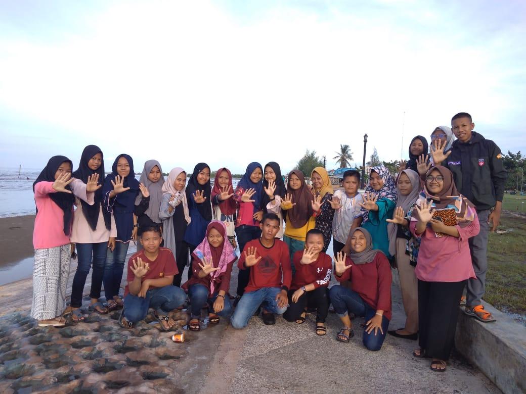 FAN-KEBTAN Gotong Royong Bersihkan Pantai Selatbaru