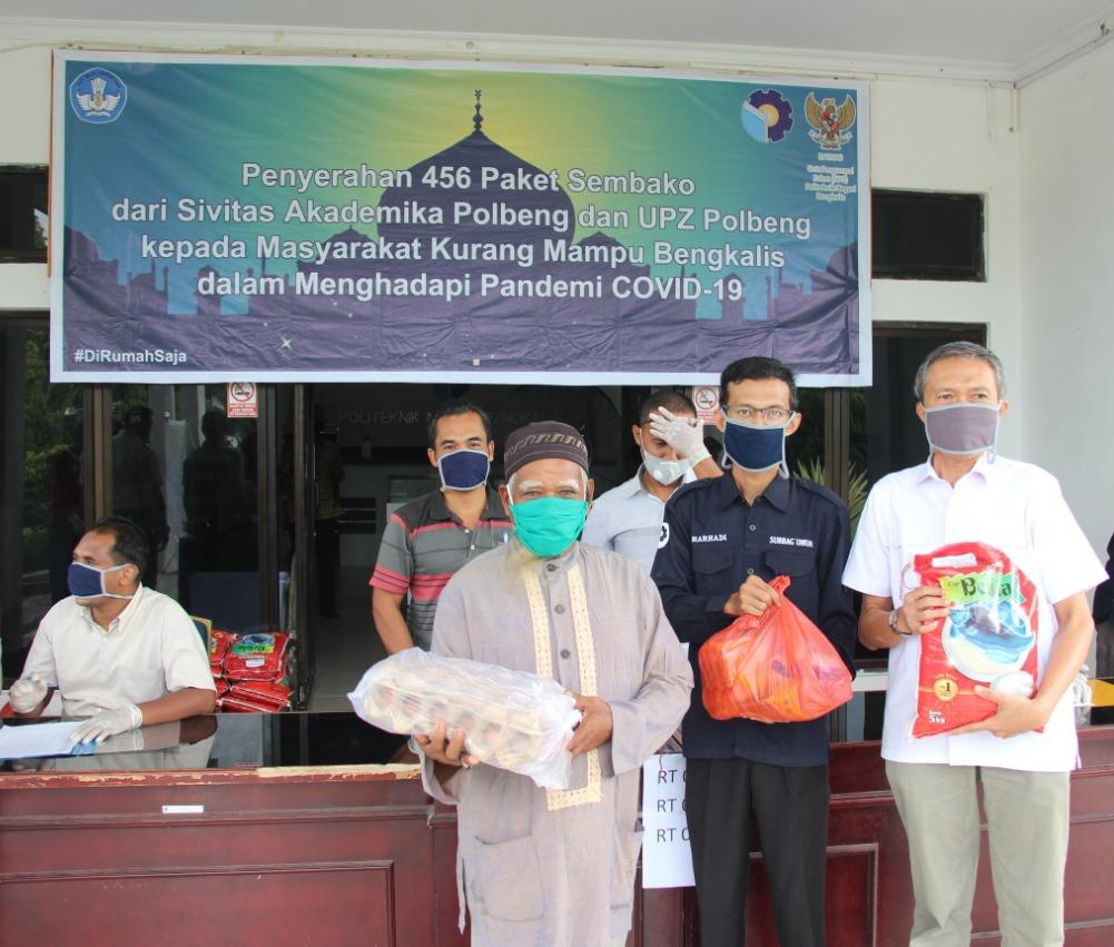 Polbeng Serahkan Bantuan Sembako Untuk Masyarakat dan Mahasiswa