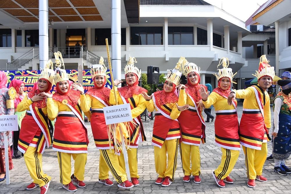 Tim devile Kab. Bengkalis pada Jambore Kader PKK tingkat Provinsi Riau tahun 2018 bergaya sebelum acara pembukaan