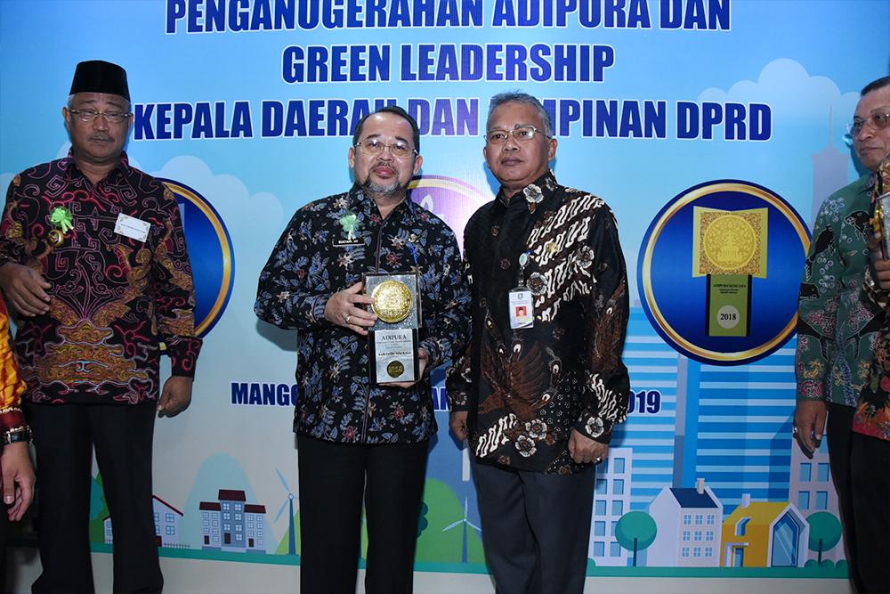 Teks foto: Sekda Bengkalis Bustami HY bersama Kepala DLH Arman AA foto usai menerima piala Adipura