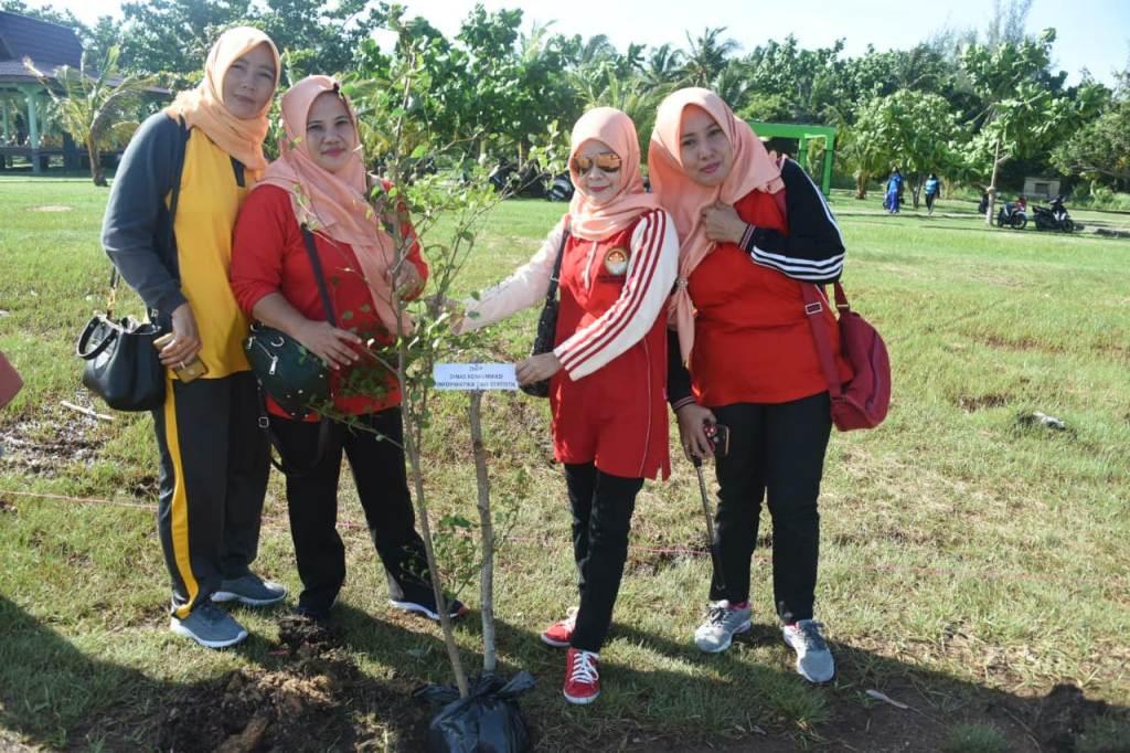 Anggota DWP Unit DInas Kominfotik ikut menanam pohon di Pantai Indah Selat Baru Kecamatan Bantan