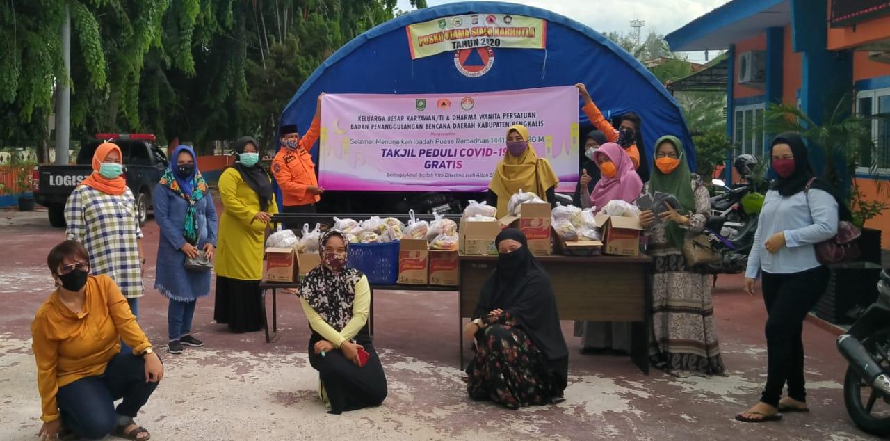 DWP BPBD Bengkalis bagi-bagi takjil di Jalan Ahmad Yani Bengkalis