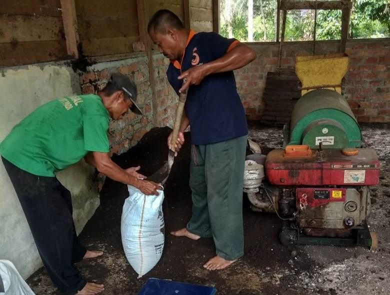 Kelompok Tani sedang mempacking pupuk organik
