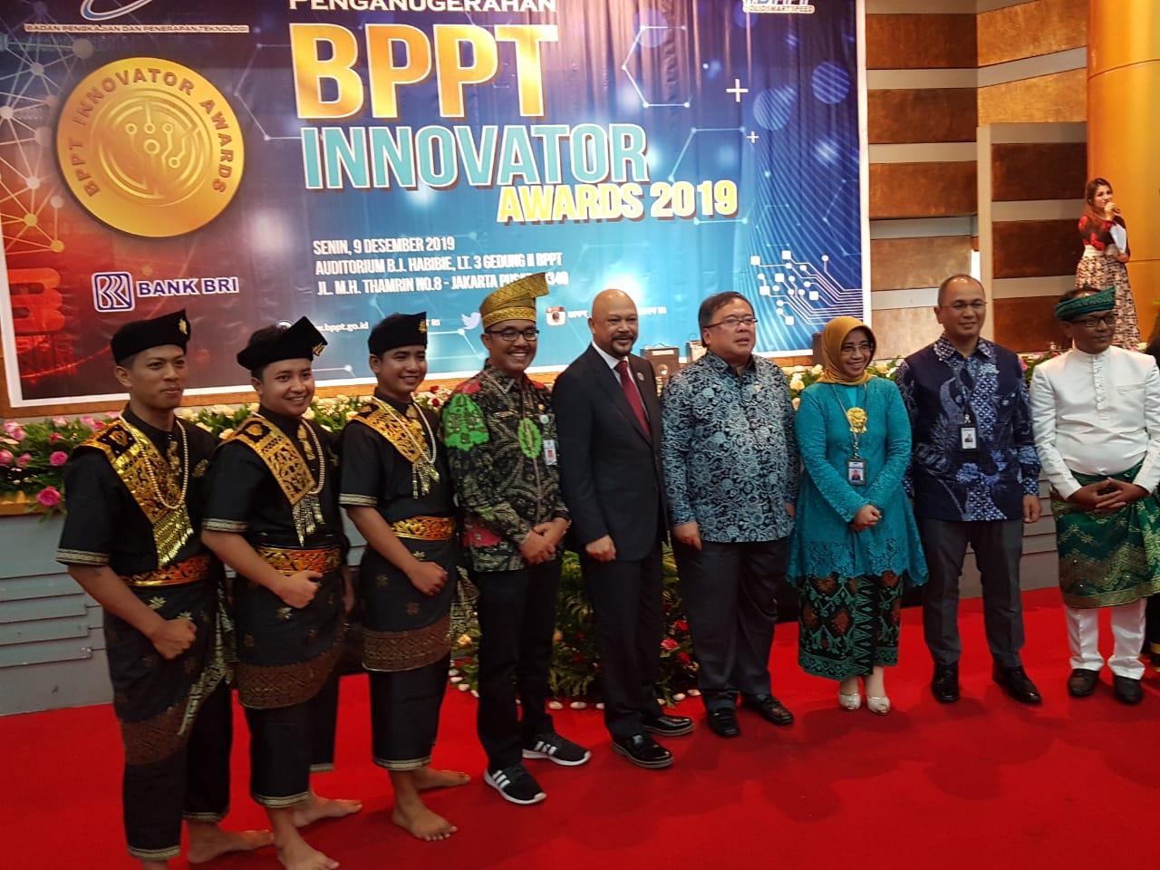 Menteri Riset dan Teknologi, Bambang Brodjonegoro Kepala Dinas Parbudpora Anharizal bersama Tim Kesenian Kabupaten Bengkalis pada ajang Penganugerahan BPPT Awards 2019