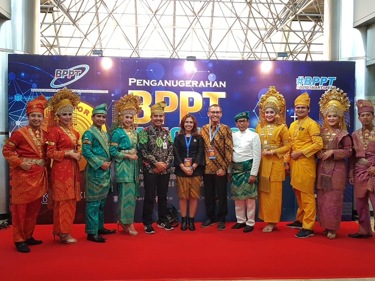 Kepala Dinas Parbudpora Anharizal bersama Tim Kesenian Kabupaten Bengkalis pada ajang Penganugerahan BPPT Awards 2019