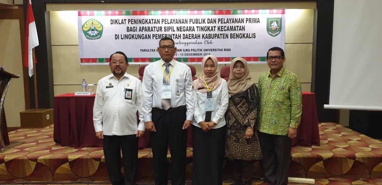 Sekretaris Daerah H Bustami HY, Asisten Pemerintahan Umi Kalsum dan narasumber bersama peserta pendidikan dan pelatihan teknis aparatur kecamatan.
