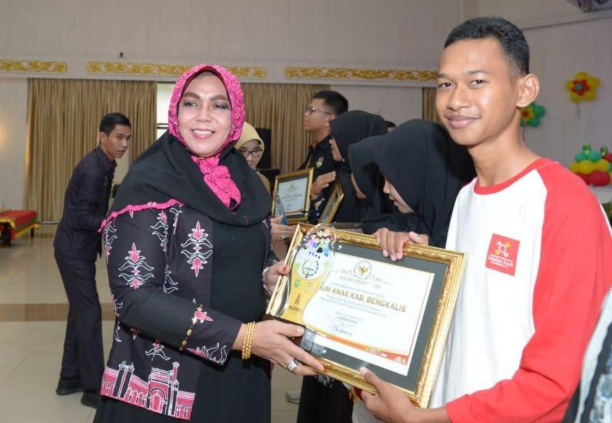 Peter Y. P. Sipahutar yang juga pengurus Forum Anak Bukit Batu saat menerima penghargaan