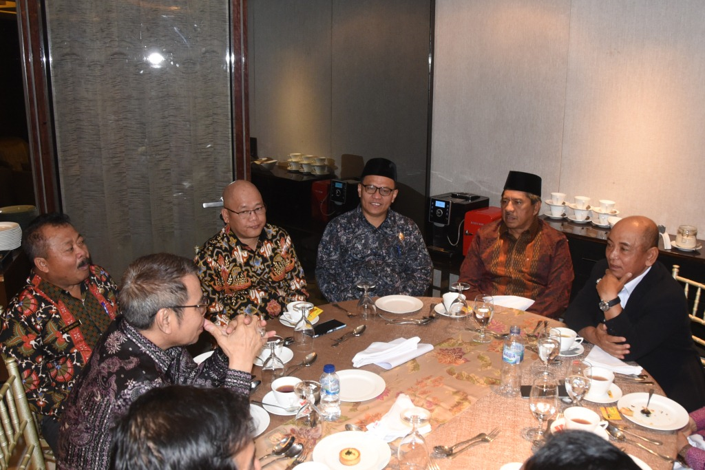 Ketua DPRD Bengkalis H Khairul Umam duduk bersama dengan Plt Bupati Bengkalis dan Kepala Daerah lainnya