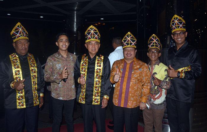 Fahmizal Usman (paling kanan, berkacamata) bersama Gubri H Andi Rahman, Wabubri H Wan Thamrin Hasyim, dan Bupati Bengkalis Amril Mukminin dalam sebuah kegiatan ketika menjabat Kadis Pariwisata Riau