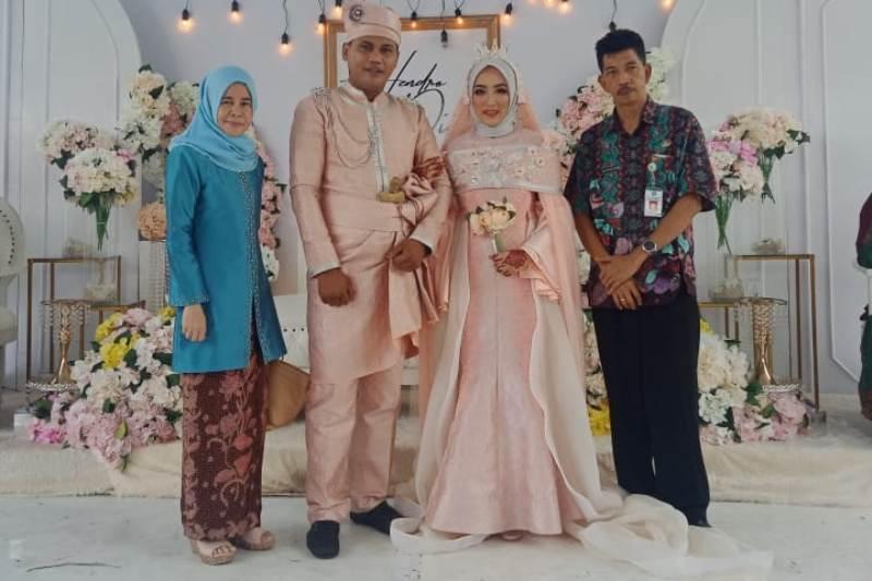 Kadis Kominfotik Johansyah dan istri Wiwit berfoto dengan Hendro dan Diah