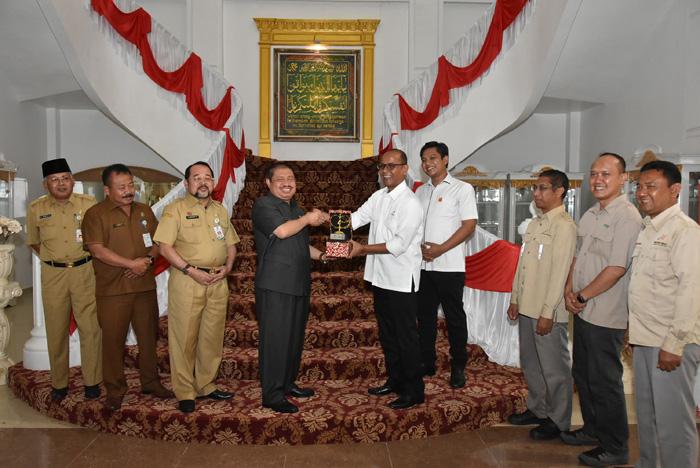Bupati Bengkalis Amril Mukminin menerima plakat dari tim SKK Migas dan Malacca Strait